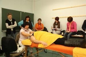 Deutschkurs für Ausländer in Jena, Veranstaltung, eine Teilnehmerin stellt Kosmetik Tipps vor